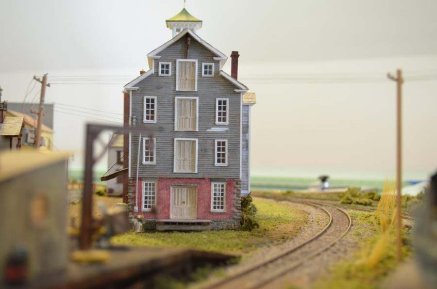 ho_model_railroad_warehouse
