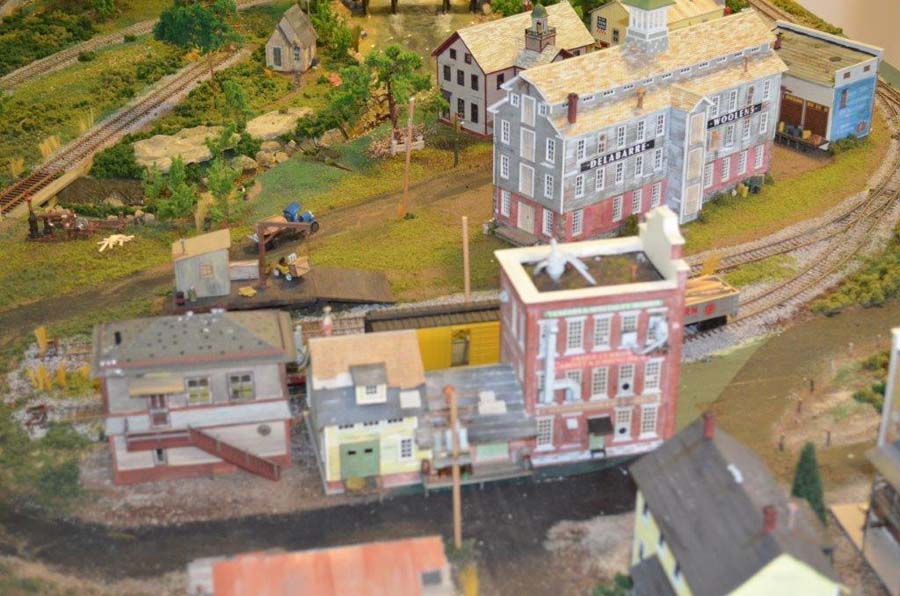 model_railroad_apartments