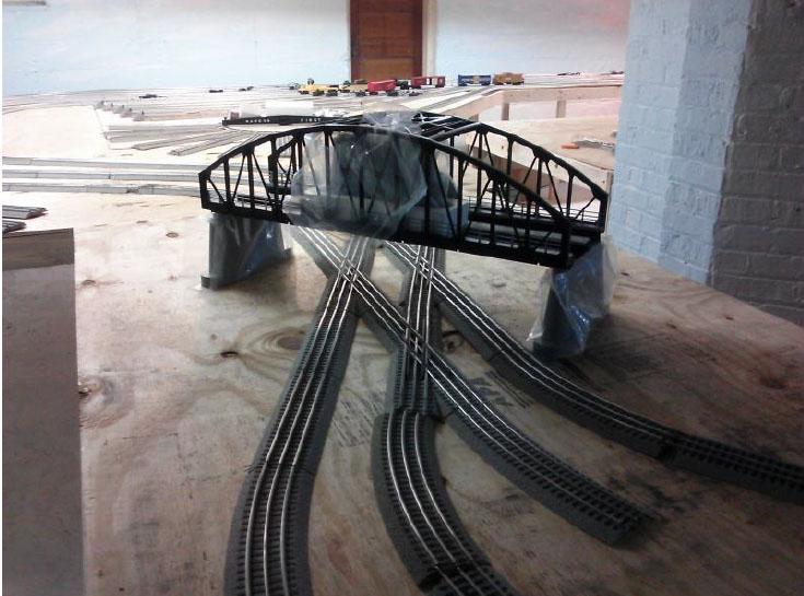 9-o-scale-bridge-cross-track
