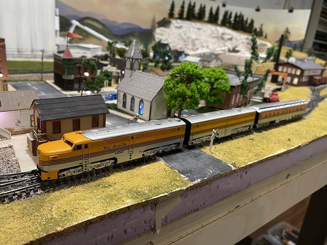 n scale locomotive train